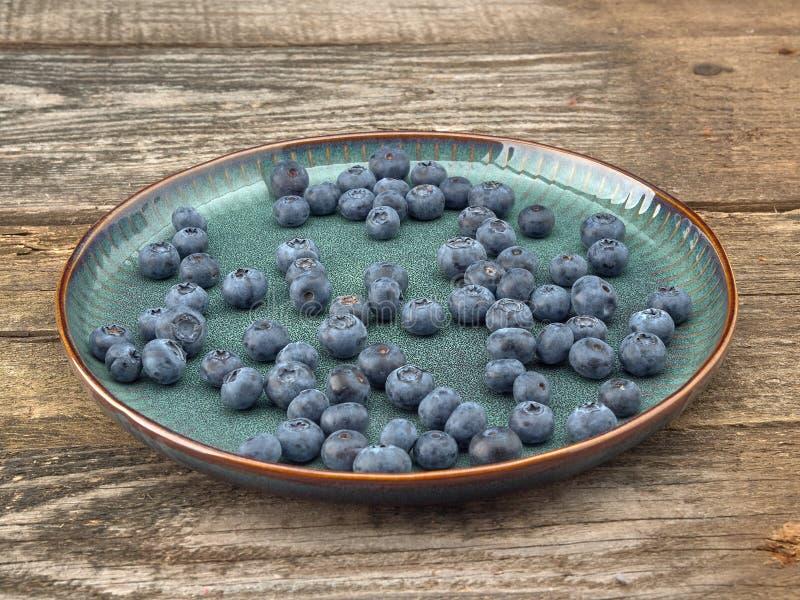 Köstliche saftige reife Blaubeeren Auf unterschiedlichem Hintergrund lizenzfreies stockfoto