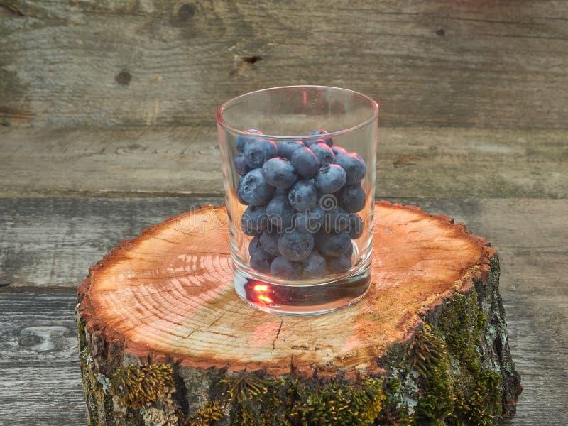 Köstliche saftige reife Blaubeeren Auf unterschiedlichem Hintergrund stockbild