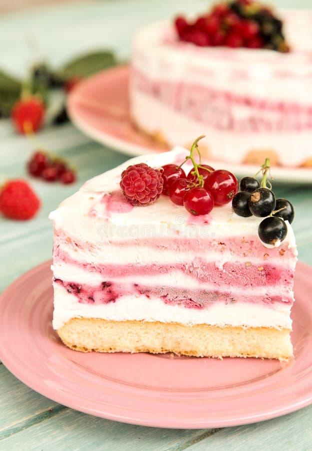 Köstliche Scheibe des Eiscremekuchens mit drei Fruchtschichten stockfoto