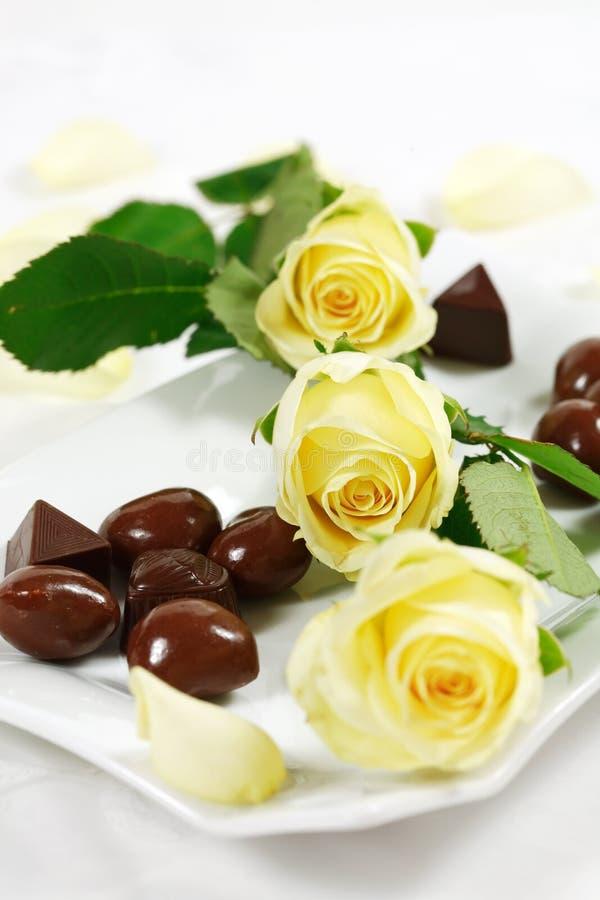 Köstliche Schokoladenpralinen mit stiegen lizenzfreie stockfotografie