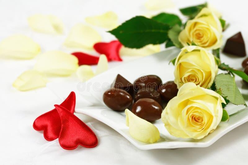 Köstliche Schokoladenpralinen mit stiegen lizenzfreies stockfoto
