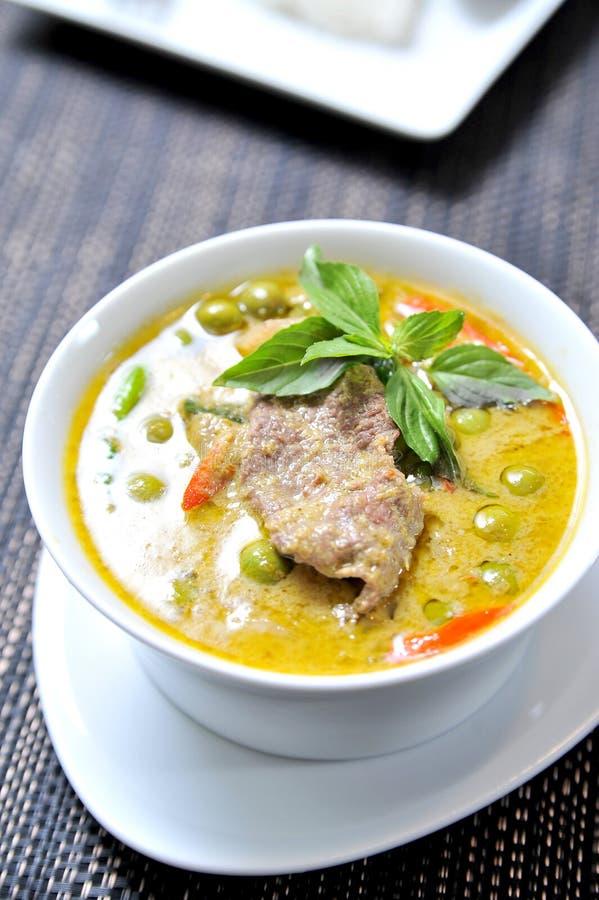 Köstliche siamesische Nahrung: grüner Curry in einer Schüssel lizenzfreie stockbilder