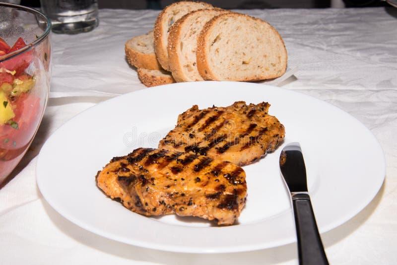 Köstliche Steaks und frischer Salat für Abendessen lizenzfreies stockbild