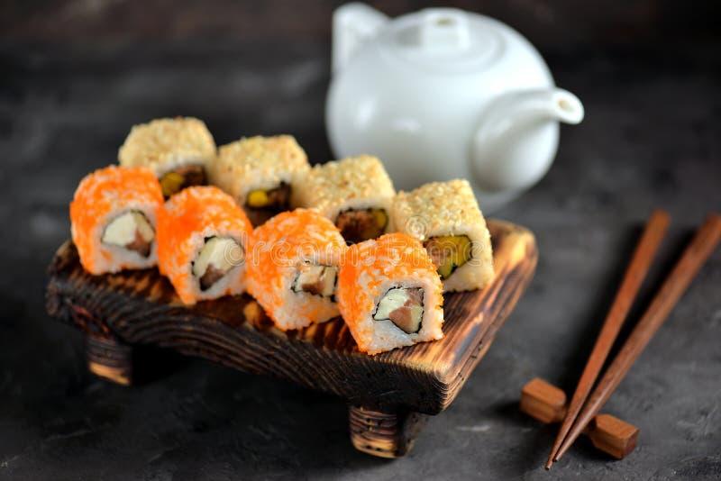 Köstliche Sushi mit Lachsen, Weichkäse und tobiko Kaviar Japanische Nahrung lizenzfreie stockfotografie
