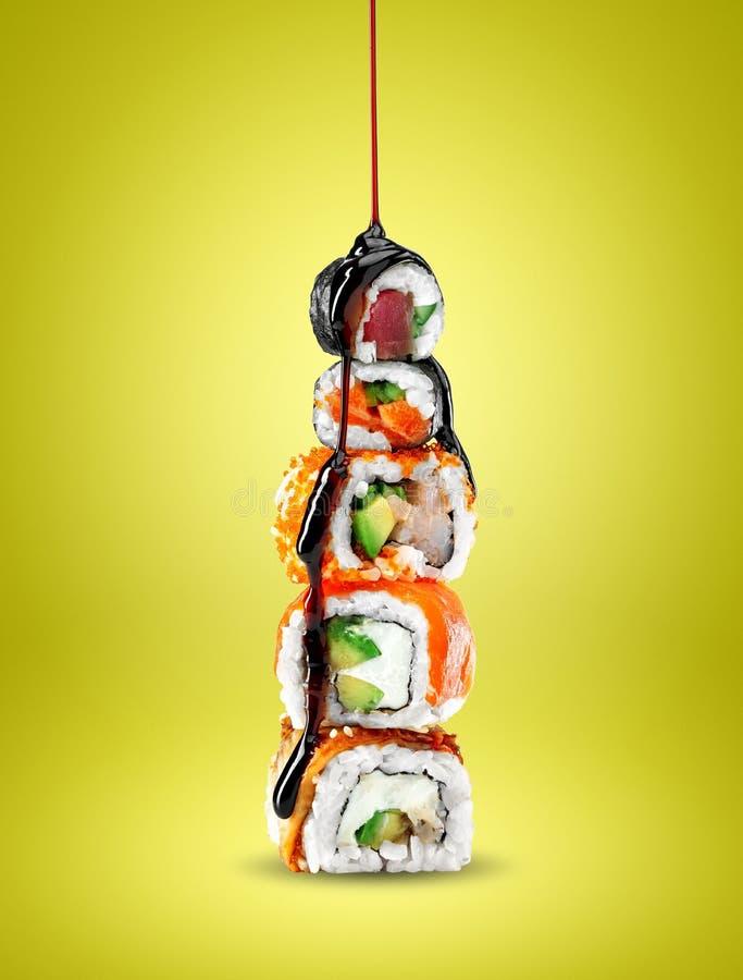 Köstliche Sushi mit teriyaki Soße lizenzfreie stockfotografie