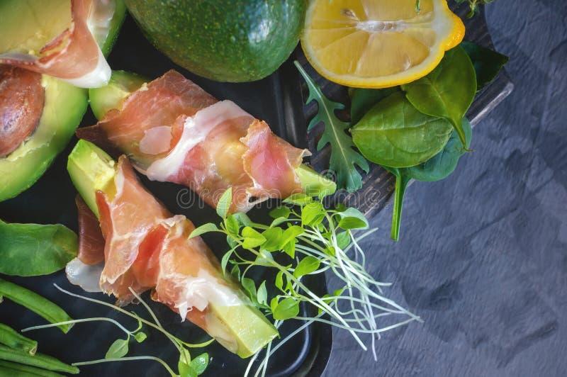 Köstliche Toast der Avocado und des Prosciutto mit Grün keimten Senf lizenzfreie stockfotografie