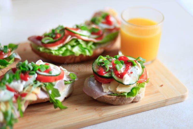 Köstliche und gesunde Sandwiche mit Gemüse: Kopfsalat, tomat lizenzfreie stockfotografie