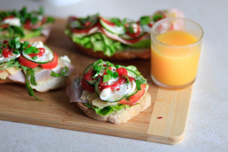 Köstliche und gesunde Sandwiche mit Gemüse: Kopfsalat, tomat stockfotografie