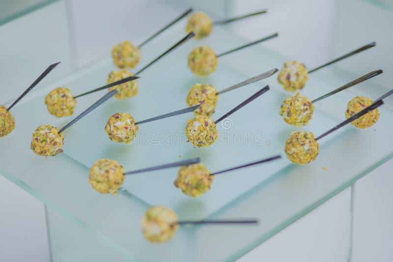Köstliche vegetarische natürliche Imbisse mit Käse und Nüssen werden an einer Partei oder an einer Hochzeit gedient Catering lizenzfreie stockfotografie