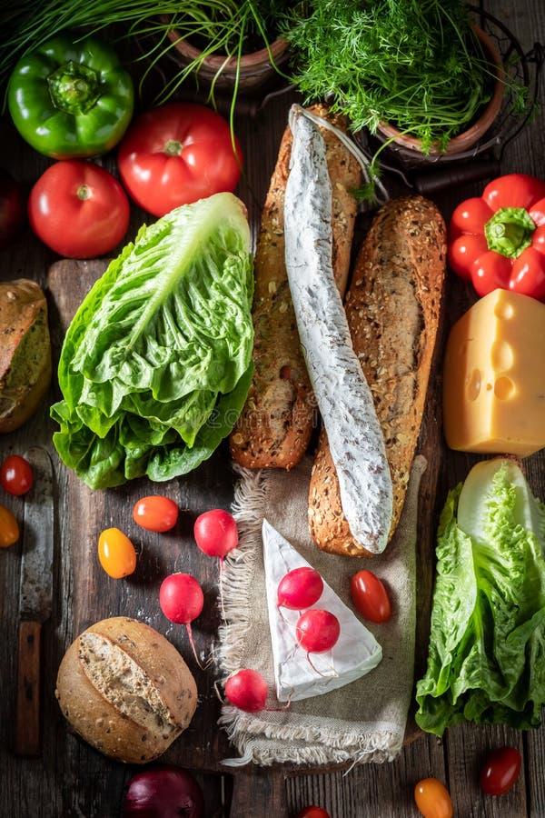 K?stliche Vorbereitung f?r Sandwich mit K?se, Tomate und Rettich stockbild