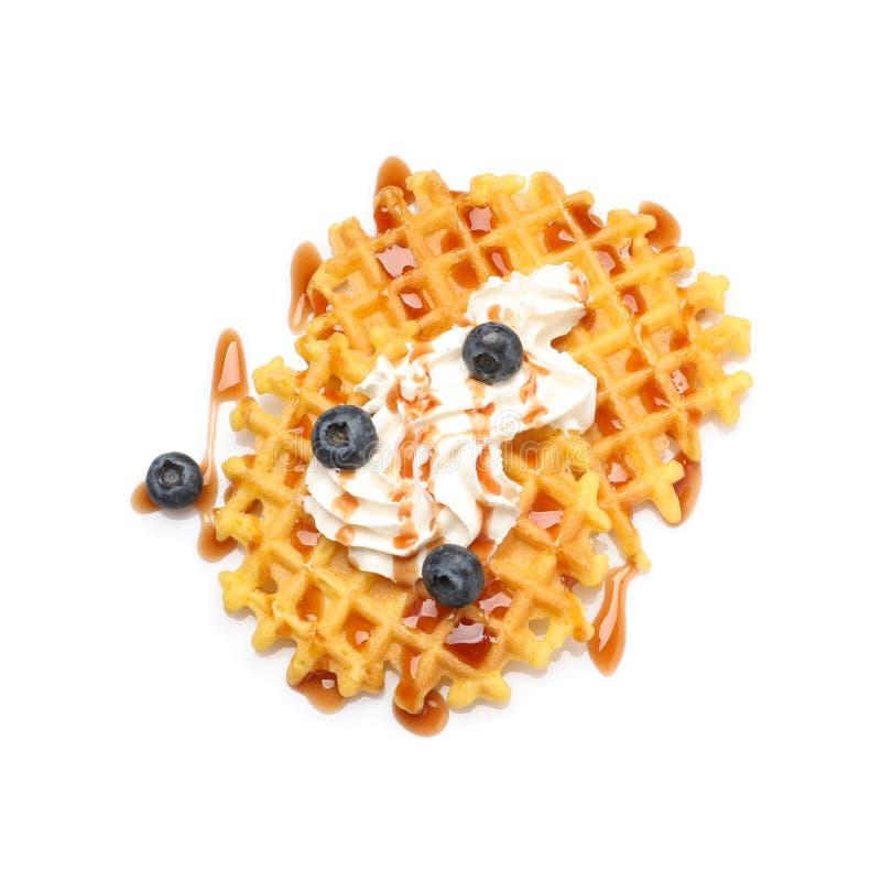 Köstliche Waffeln mit Karamelsirup, Schlagsahne und Blaubeeren auf weißem Hintergrund stockfotos