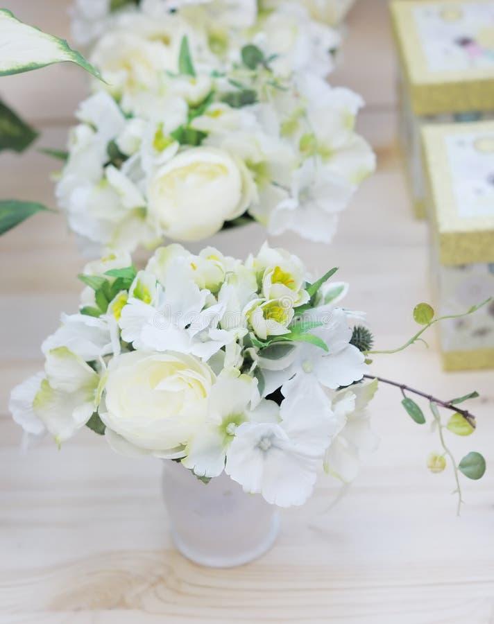 Köstliche weiße und gelbe künstliche Blumen lizenzfreie stockbilder