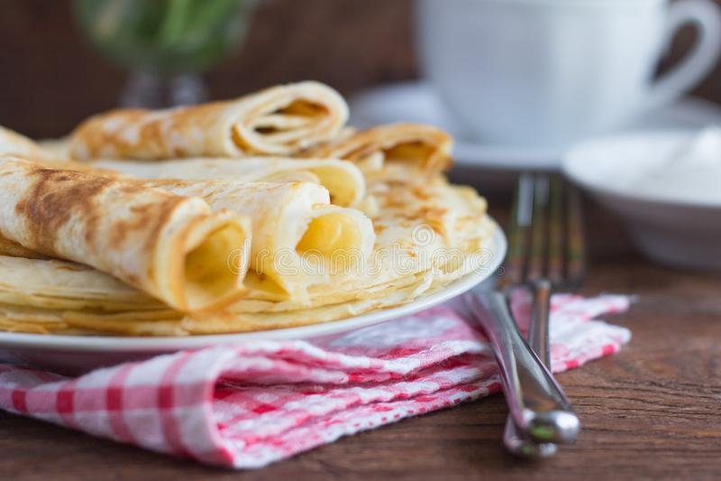 Köstliche zarte Pfannkuchen mit Frühstückskäse auf hölzernem Hintergrund, rustikale Art lizenzfreies stockbild