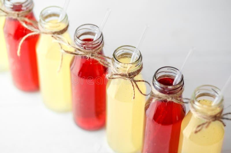 Köstliche Zitrusfrucht- und Granatapfellimonade in den Glasflaschen Konzept von Getränken, Sommer, Bar, Rest, gesunde Nahrung stockfoto