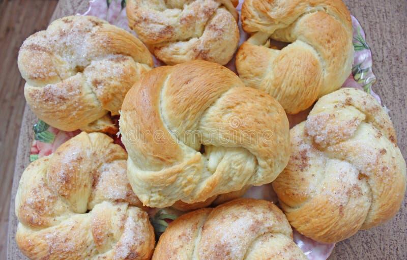Köstliche Zuckerbrötchen auf einer Platte lizenzfreies stockfoto
