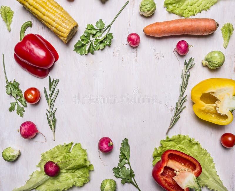 Köstliche Zusammenstellung des gezeichneten Rahmens des Frischgemüses des Bauernhofes auf hölzernem rustikalem Draufsichtabschluß lizenzfreie stockbilder