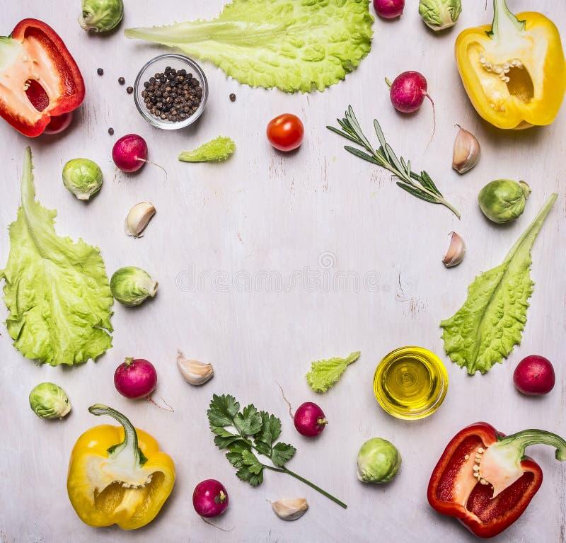 Köstliche Zusammenstellung des gezeichneten Rahmens des Frischgemüses des Bauernhofes auf hölzernem rustikalem Draufsichtabschluß stockfotos