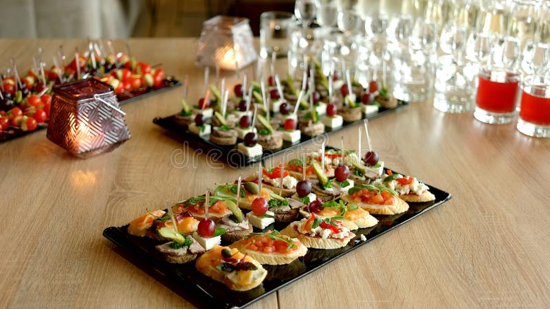 Köstlicher Aperitif an gedientem Tisch im Restaurant stockfotos