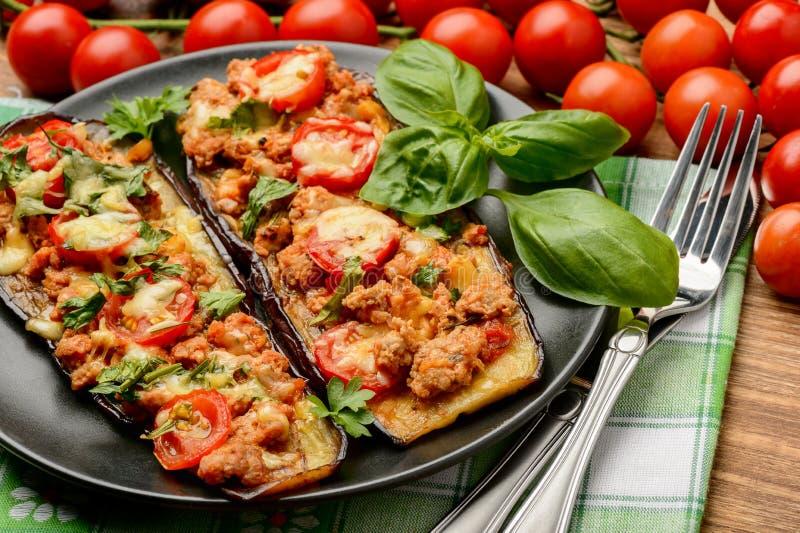 Köstlicher Aperitif - gegrillte Auberginen backten mit Hackfleisch, Tomaten und Käse lizenzfreies stockbild