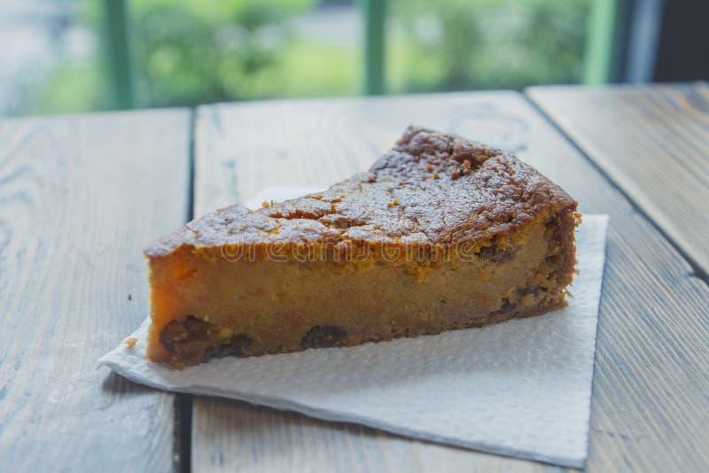 Köstlicher Apfelkuchen Charlotte auf einer weißen Serviette auf einer Tabelle in einem Café am Fenster Schließen Sie herauf Seite lizenzfreie stockfotografie