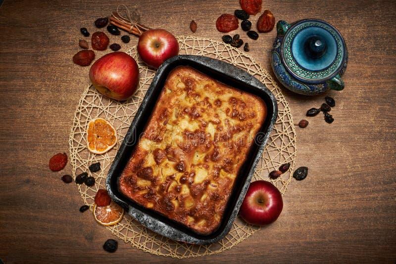 Köstlicher Apfelkuchen zu Hause gebacken Süße Torte angefüllt mit Äpfeln Apfelkuchen auf dem Tisch, kulinarische Fähigkeiten Lieb lizenzfreie stockfotografie