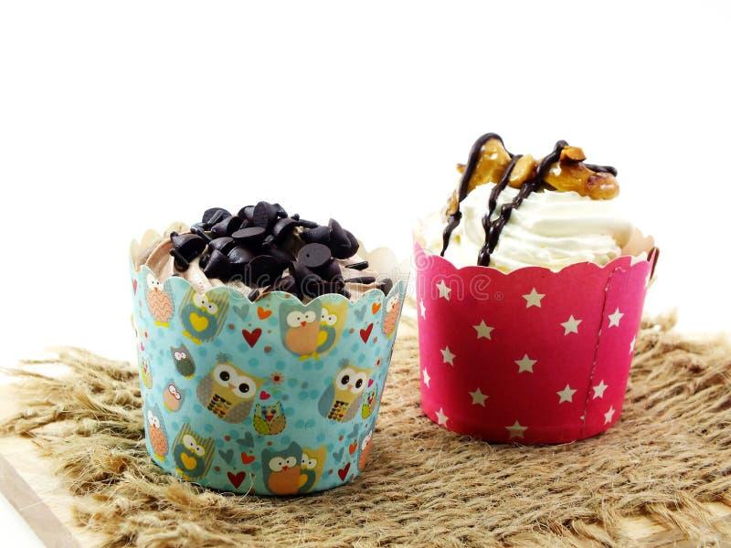 Köstlicher Belag des kleinen Kuchens mit Schokoladenschiffen lizenzfreie stockbilder