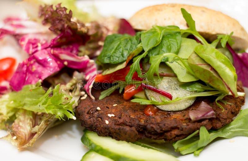 Köstlicher Burger des strengen Vegetariers auf weißer Platte stockbilder