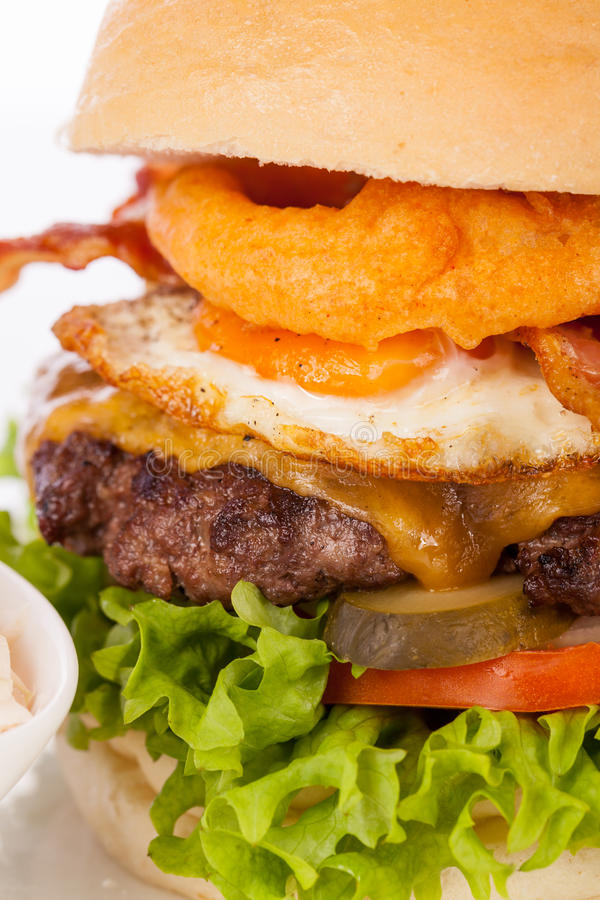 Köstlicher Ei- und Speckcheeseburger lizenzfreie stockfotos