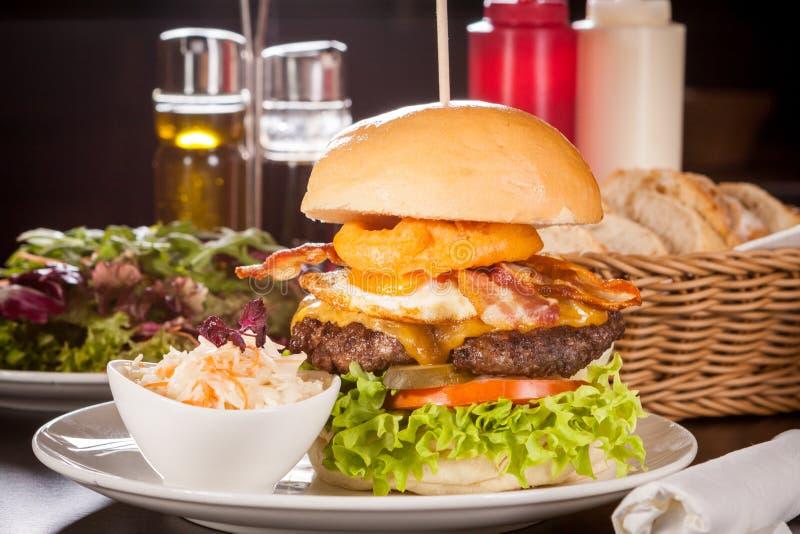 Köstlicher Ei- und Speckcheeseburger stockfoto
