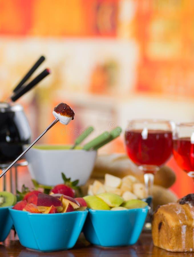 Köstlicher Eibisch in einem Metallstock mit sortierten frischen Früchten innerhalb der Schüsseln auf Holztisch lizenzfreie stockbilder