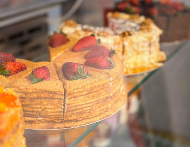 Köstlicher Feinschmecker backt in einem Bäckereifenster zusammen stockbilder