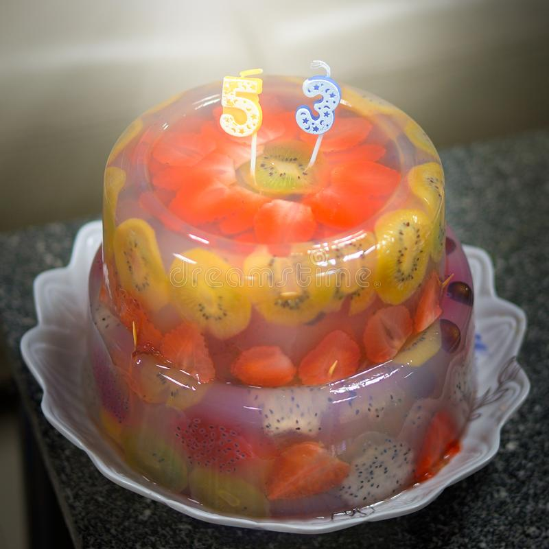 Köstlicher, gebackener Jahrestagsgeburtstagskuchen mit Früchten, Erdbeeren, Blaubeeren, Kirschen, Kiwi, Drachefrucht, rotes Gelee stockbilder