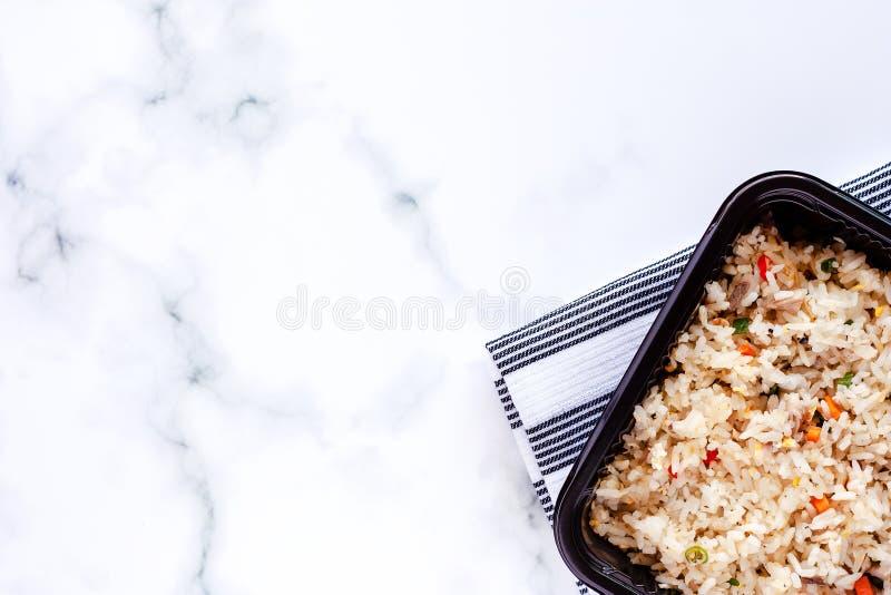 Köstlicher gebratener Reis in der Brotdose mit Napery auf Marmorhintergrund stockfoto