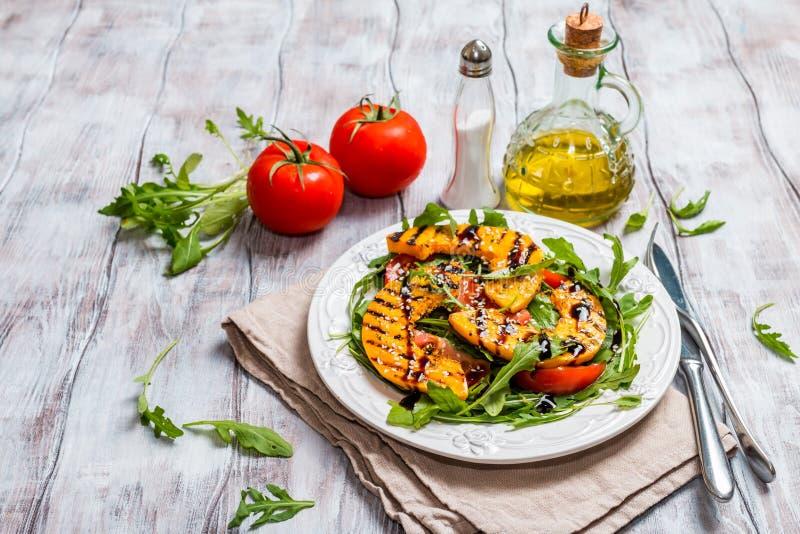 Köstlicher gegrillter Kürbis- und Arugulasalat stockfoto