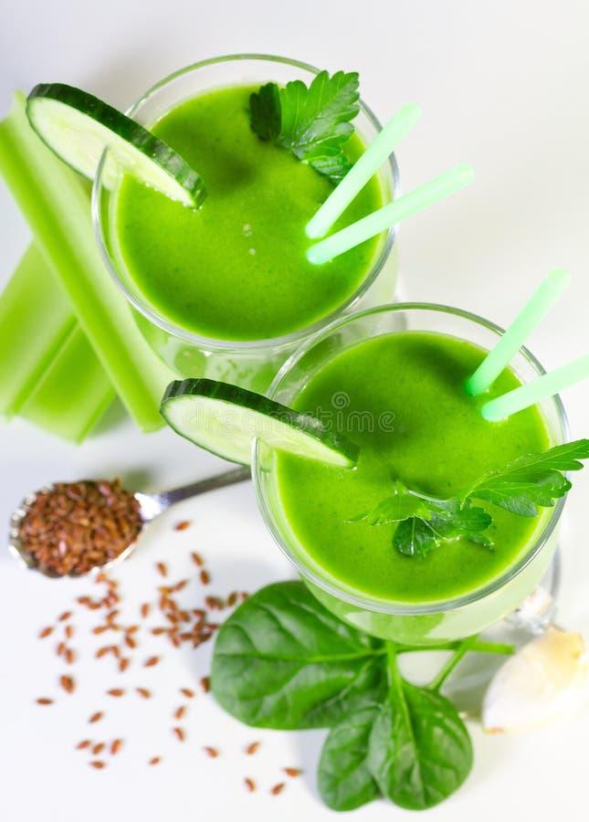 Köstlicher Gemüsesmoothie vom grünen Gemüse stockbilder