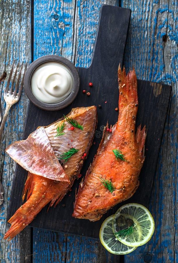 Köstlicher geräucherter FischSeebarsch auf hölzernem Hintergrund, Draufsicht stockbild