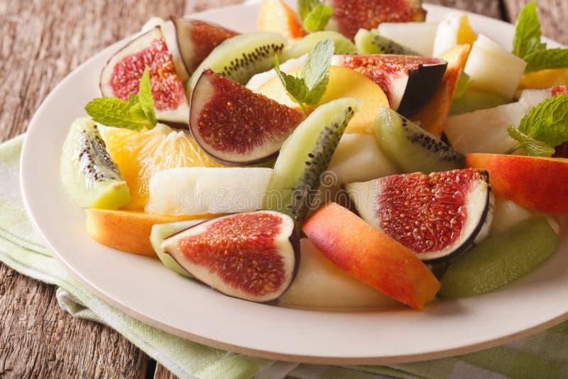 Köstlicher geschnittener Fruchtfeigen-, -pfirsich-, -melonen-, -kiwi- und -orangenabschluß stockfotografie