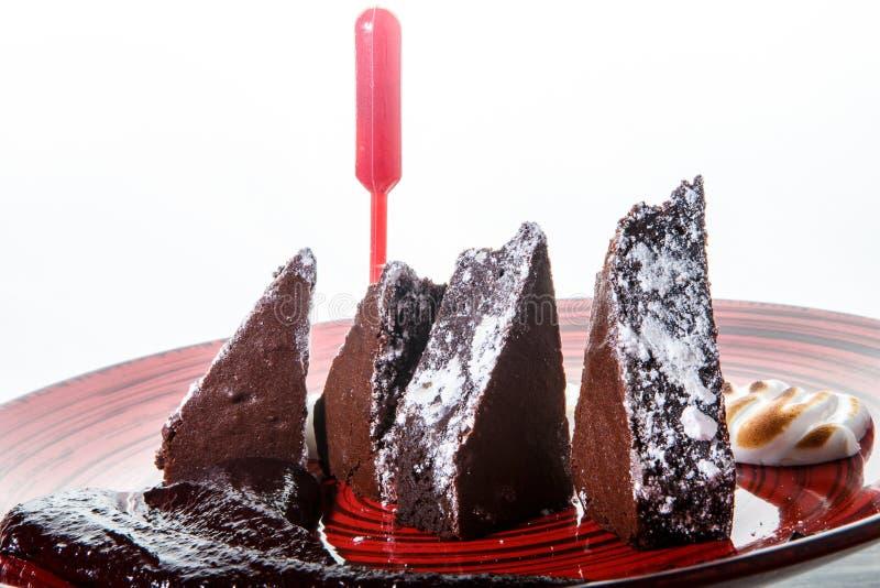 köstlicher geschnittener Schokoladenkuchenkuchen der Nahaufnahme mit Pulver des raffinierten Zuckers stockfotos