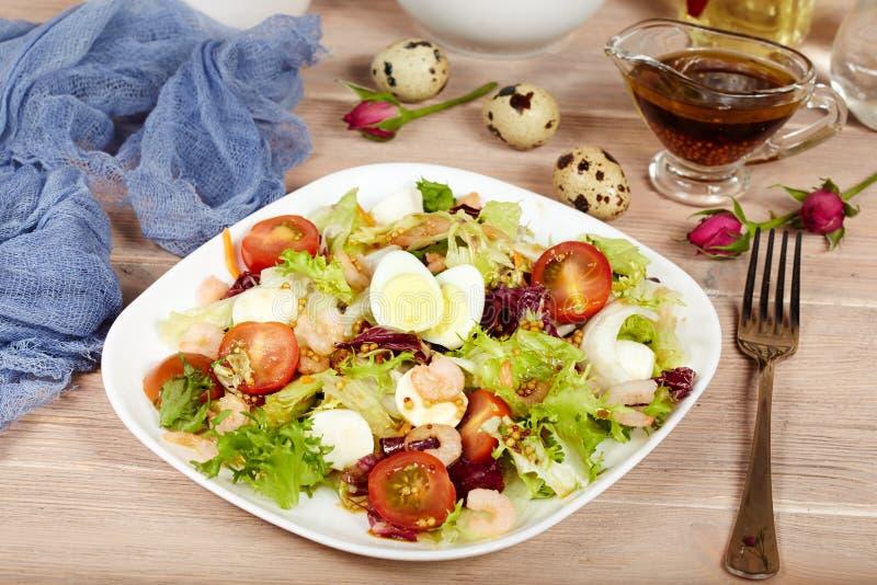 Köstlicher grüner Salat mit Garnelen, Mozzarellakäse und Kirschtomaten stockfotografie