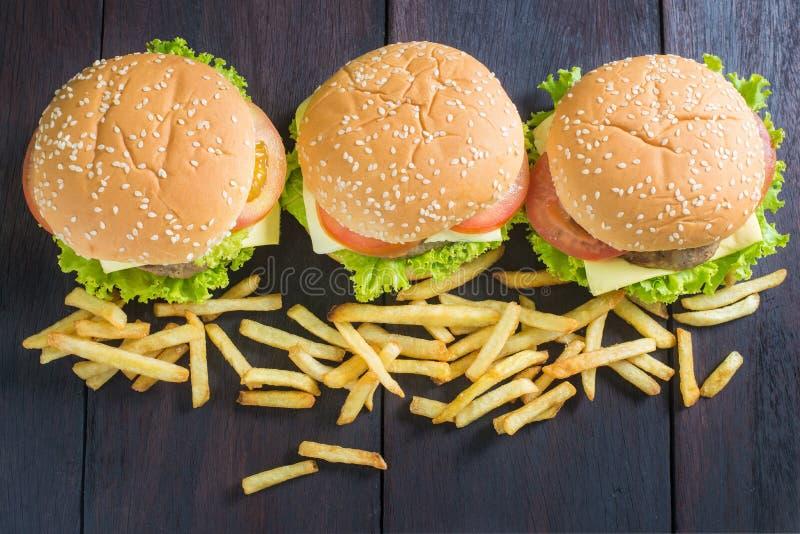 Köstlicher Hamburger mit Pommes-Frites auf Holz stockfotografie