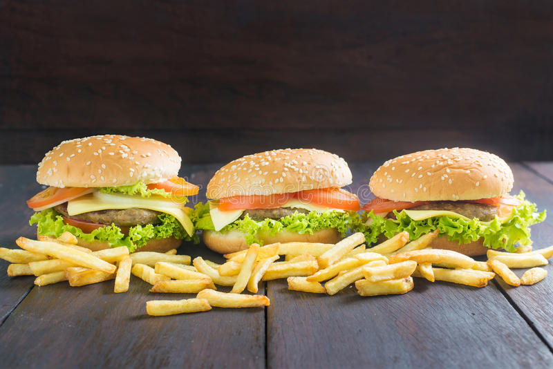 Köstlicher Hamburger mit Pommes-Frites auf Holz stockfotos
