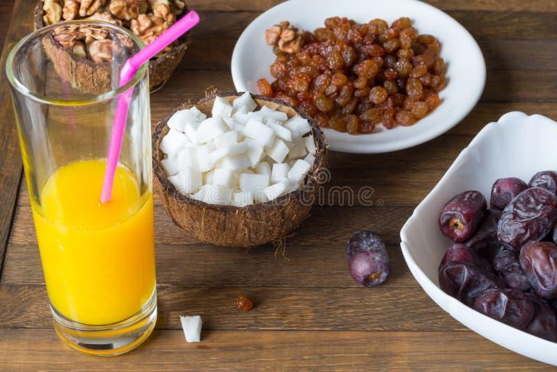 Köstlicher Imbiss von den natürlichen organischen rohen Nahrungsmitteln Spitzenwinkelsichthintergrund lizenzfreie stockfotografie