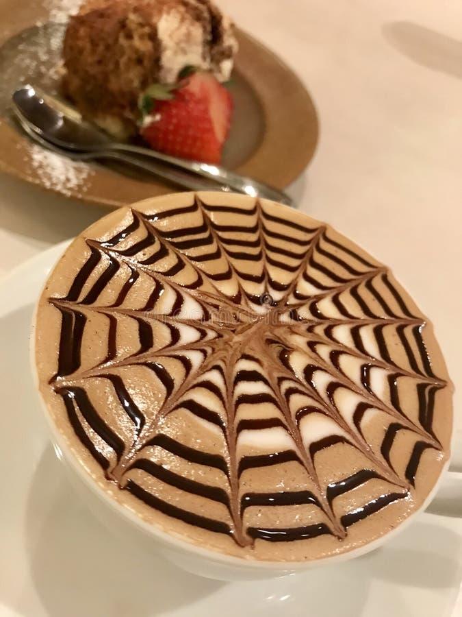 Köstlicher Kaffee mit einzigartigem Entwurf lizenzfreies stockbild
