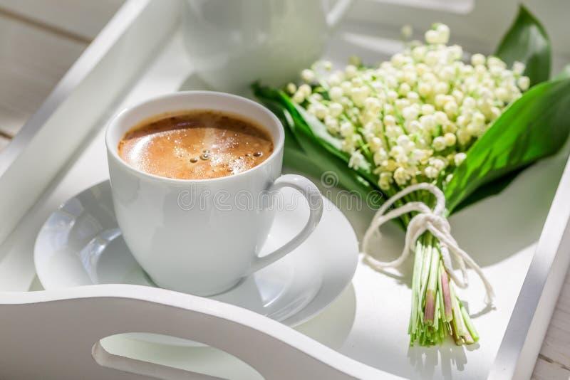 Köstlicher Kaffee mit Maiglöckchen lizenzfreies stockbild