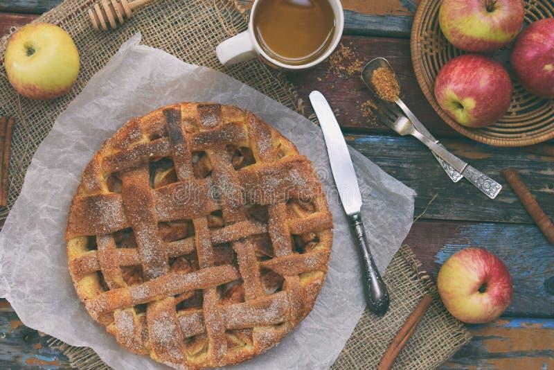 K?stlicher klassischer amerikanischer Apfelkuchen Frisch gebackenes Geb?ck mit Fr?chten Gesundes Nahrungsmittelkonzept Rustikale  lizenzfreie stockfotos