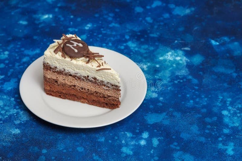Köstlicher Kremeiskuchen mit unterschiedlicher Art drei der Schokolade lizenzfreie stockbilder