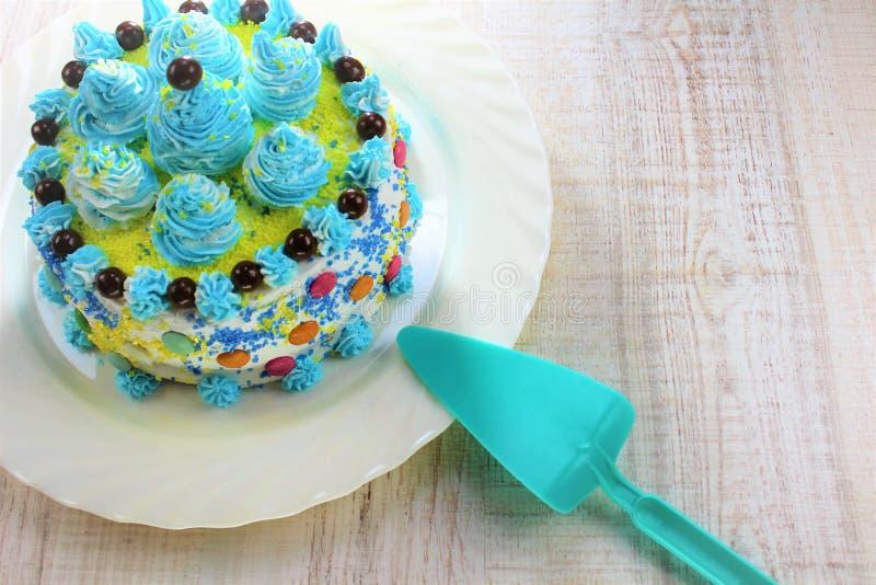 Köstlicher Kuchen auf einer blauen und weißen Platte mit Schokoladenbällen stockbild