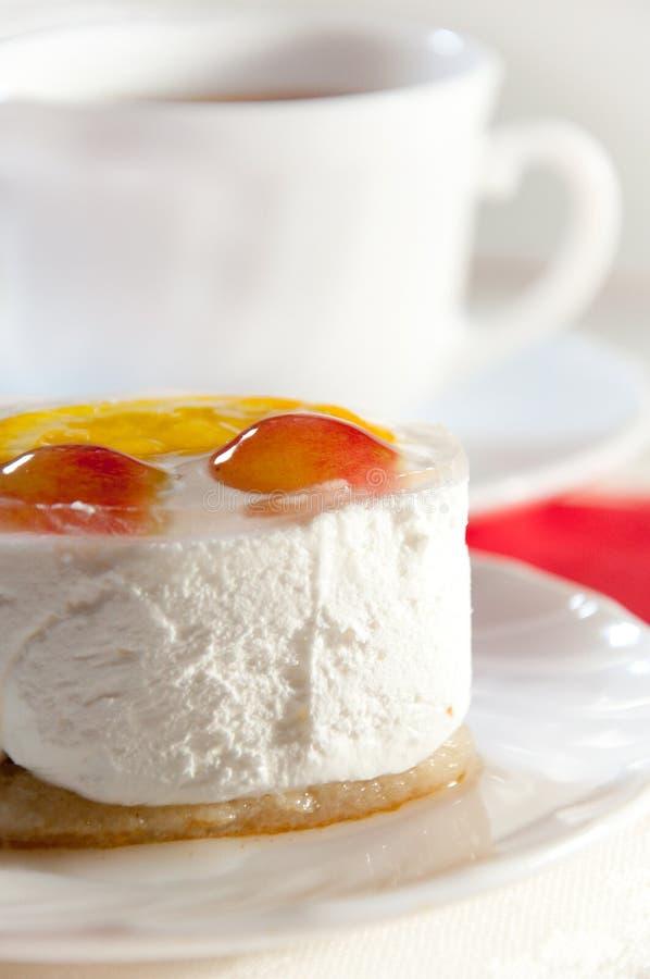 Köstlicher Kuchen mit frischer Frucht und Tee stockfotos