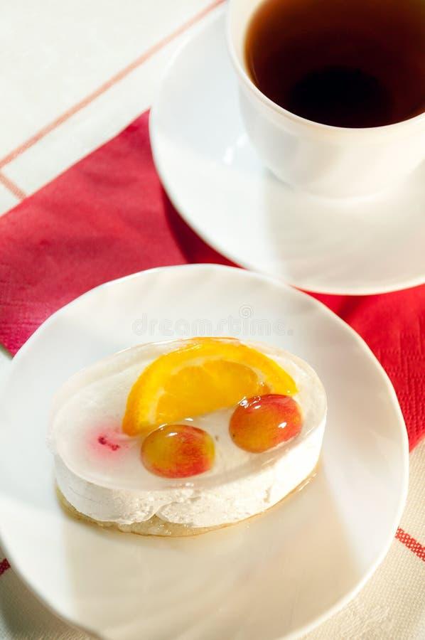 Köstlicher Kuchen mit frischer Frucht und Tee lizenzfreie stockfotografie