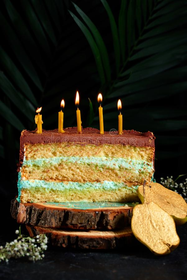 Köstlicher Kuchen mit Kerzen und Birnen lizenzfreie stockbilder